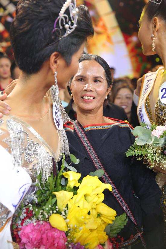 H'Hen Niê hạnh phúc ôm chặt bố mẹ sau khi lên ngôi Hoa hậu 4