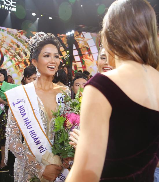 H'Hen Niê hạnh phúc ôm chặt bố mẹ sau khi lên ngôi Hoa hậu 5