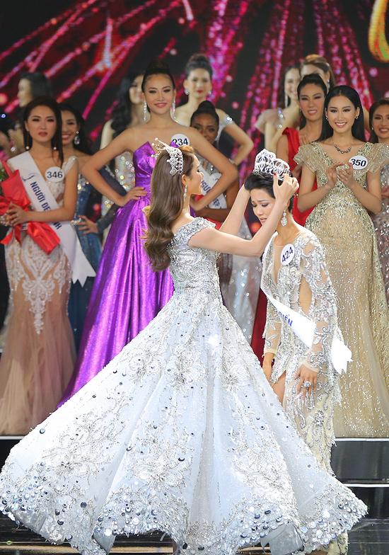 H'Hen Niê hạnh phúc ôm chặt bố mẹ sau khi lên ngôi Hoa hậu 7