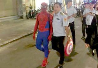 Vì sao 'người nhện' xuất hiện trên phố đi bộ Nguyễn Huệ bị xử phạt?