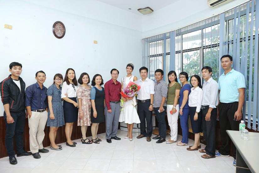 Hoa hậu H'hen Niê được chào đón nồng nhiệt khi về thăm trường cũ 7