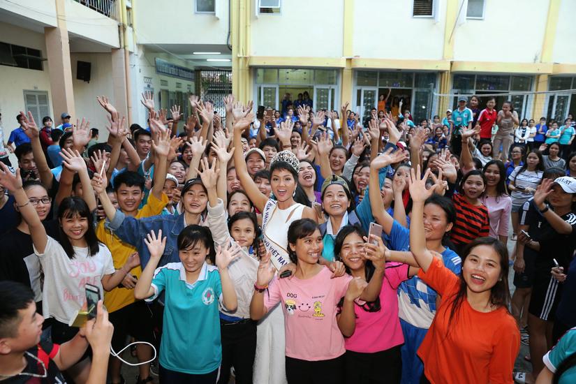 Hoa hậu H'hen Niê được chào đón nồng nhiệt khi về thăm trường cũ 4
