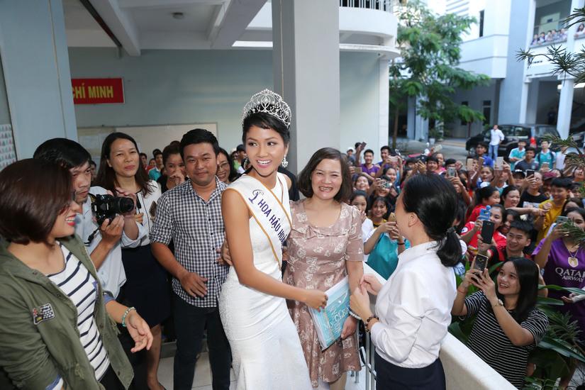 Hoa hậu H'hen Niê được chào đón nồng nhiệt khi về thăm trường cũ 6