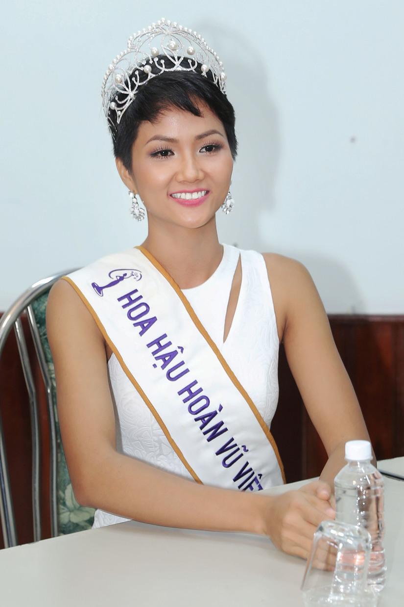 Hoa hậu H'hen Niê được chào đón nồng nhiệt khi về thăm trường cũ 9