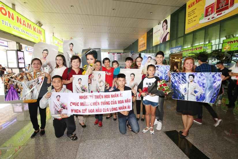 Hoa hậu H'Hen Niê và hai Á hậu rạng rỡ, thu hút tại sân Tân Sơn Nhất