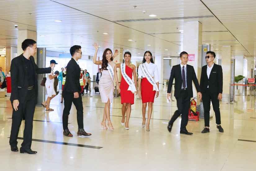 Hoa hậu H'Hen Niê và hai Á hậu rạng rỡ, thu hút tại sân Tân Sơn Nhất 2