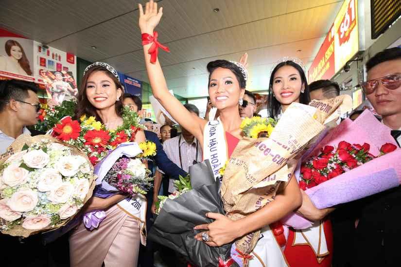 Hoa hậu H'Hen Niê và hai Á hậu rạng rỡ, thu hút tại sân Tân Sơn Nhất 5