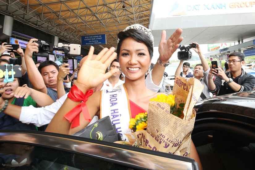 Hoa hậu H'Hen Niê và hai Á hậu rạng rỡ, thu hút tại sân Tân Sơn Nhất 6