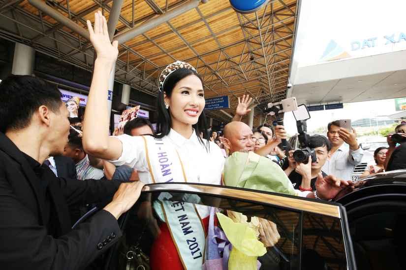 Hoa hậu H'Hen Niê và hai Á hậu rạng rỡ, thu hút tại sân Tân Sơn Nhất 7