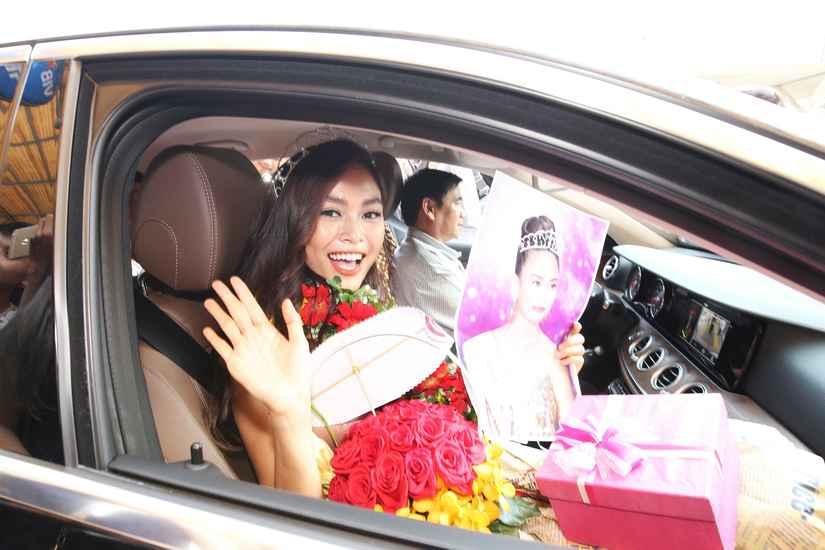 Hoa hậu H'Hen Niê và hai Á hậu rạng rỡ, thu hút tại sân Tân Sơn Nhất 8