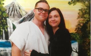 Bà mẹ chuyển từ Anh tới Mỹ để kết hôn với tù nhân ngồi sau song sắt
