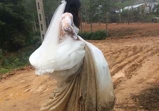 Cô dâu nâng chiếc váy cưới lấm lem bùn đất khiến ai cũng