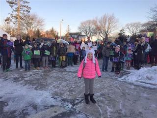 Đám đông chịu lạnh 4 độ C nhiều tiếng để chào đón cô bé ung thư trở lại học