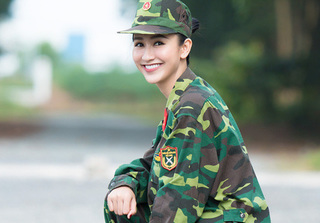 Á hậu Hà Thu xinh đẹp rạng ngời trong màu áo quân nhân