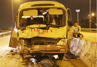 Xe khách biến dạng sau khi tông vào đuôi container, 2 người nhập viện