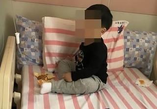 Bé trai 3 tuổi bị nhốt trong nhà cạnh thi thể ông bà suốt 2 ngày