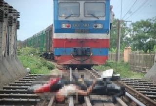 Nam Định: Xe máy va chạm với tàu hỏa, 2 người tử vong