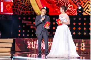 Jennifer Phạm đẹp như công chúa khi chung sân khấu với MC Lại Văn Sâm