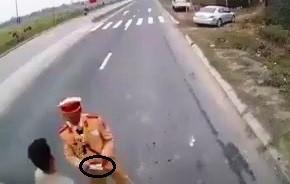 Hà Nam: Xác minh clip CSGT dẫm lên vật giống tiền khi kiểm tra xe