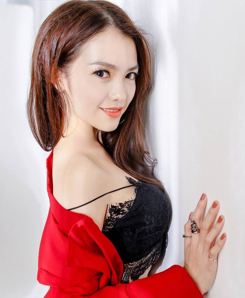 Hồng Kim Hạnh tung bộ ảnh đỏ rực gợi cảm 7