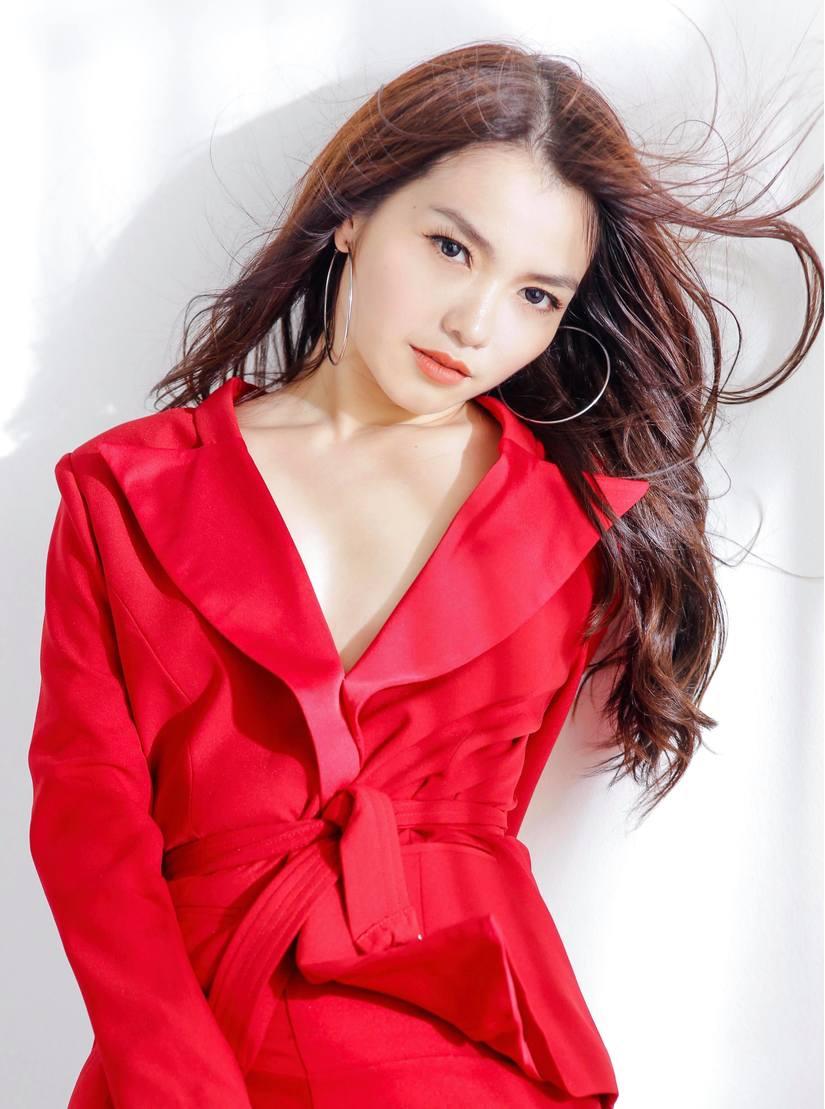 Hồng Kim Hạnh tung bộ ảnh đỏ rực gợi cảm 3