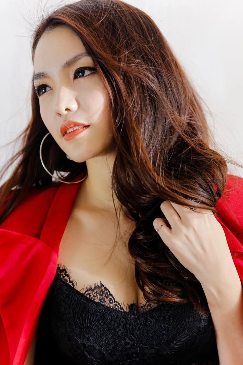 Hồng Kim Hạnh tung bộ ảnh đỏ rực gợi cảm 11
