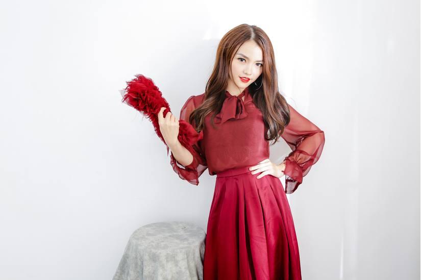 Hồng Kim Hạnh tung bộ ảnh đỏ rực gợi cảm 12