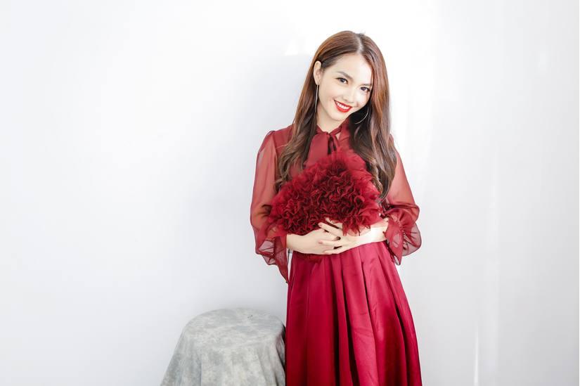 Hồng Kim Hạnh tung bộ ảnh đỏ rực gợi cảm 13