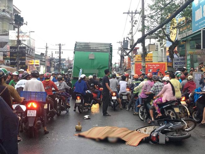 Đổ xăng xong, thanh niên bất ngờ bị xe rác tông chết giữa đường