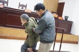 Bị cáo 79 tuổi hiếp dâm bé 3 tuổi ở Ba Vì chịu mức án 10 năm tù