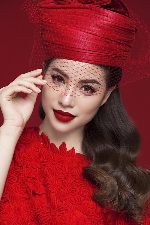 Hoa hậu Phạm Hương rực rỡ kiêu sa trong loạt đầm đỏ 12