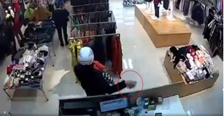 Phẫn nộ người đàn ông bế trẻ nhỏ, trộm 2 điện thoại ở cửa hàng
