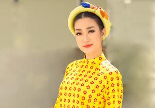 Hoa hậu Mỹ Linh khoe vẻ thanh tân khi diện áo dài
