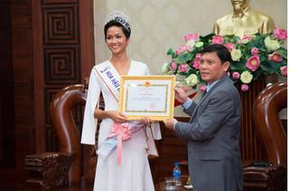 Vừa trở về quê nhà Đắk Lắk, Hoa hậu H'Hen Niê đã được nhận thưởng