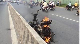 Đang lưu thông chiếc xe máy của người phụ nữ bỗng bốc cháy dữ dội