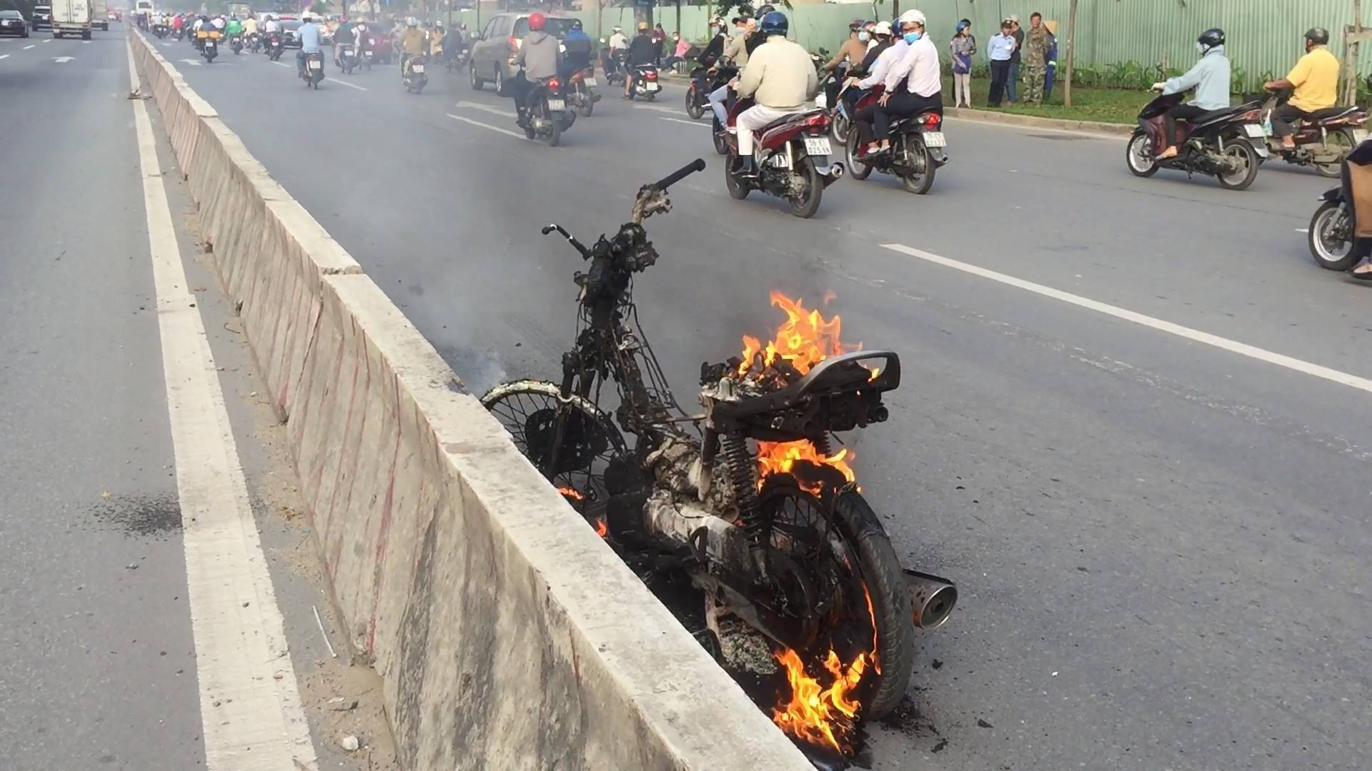 Người phụ nữ tá hỏa vì xe máy đang đi bất ngờ cháy dữ dội