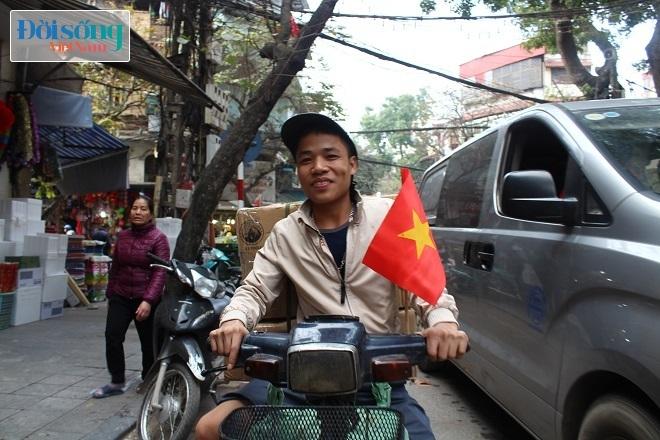 Cờ và áo in hình Quốc kỳ cháy hàng vì U23 Việt Nam 2