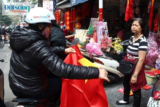 Cờ và áo in hình Quốc kỳ cháy hàng vì U23 Việt Nam 3
