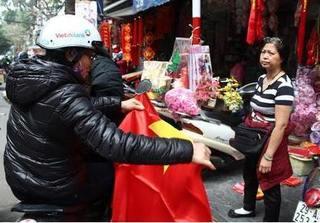 Cờ và áo in hình Quốc kỳ cháy hàng trước giờ U23 Việt Nam đá bán kết