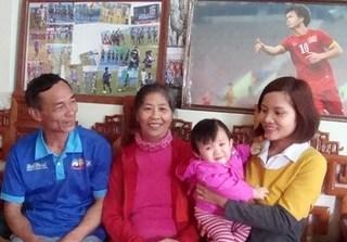 Bố mẹ Công Phượng háo hức chờ con trai ghi bàn vào lưới Qatar