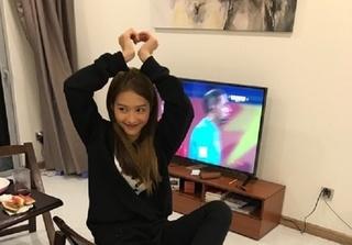 Khả Ngân nhảy nhót đến mức bong gân khi U23 Việt Nam chiến thắng