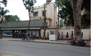 Hàng dài bất tận trước cửa Đại sứ quán Trung Quốc chờ xin visa
