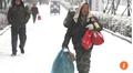 Đi bộ 40 km dưới trời tuyết để tiết kiệm tiền, mua quần áo cho vợ