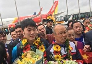 Đội tuyển U23 Việt Nam xuống sân bay trong vòng tay của hàng nghìn người hâm mộ