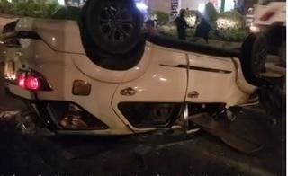 Vướng vào hiện trường tai nạn, ô tô chở 4 người Đài Loan bị lật ngửa