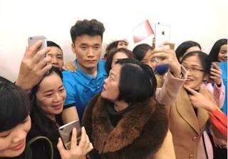 Cổ động viên Thanh Hóa phát cuồng khi 'người hùng' U23 Việt Nam trở về