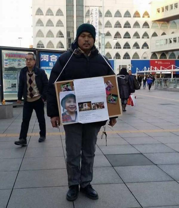 Bố bé Nhật Linh ngày ngày đứng xin chữ kí tại Nhật Bản. Ảnh: Facebook