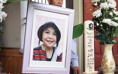 Gia đình bé Nhật Linh chưa thể nguôi nỗi đau sau 1 năm bé mất. Ảnh: Zing