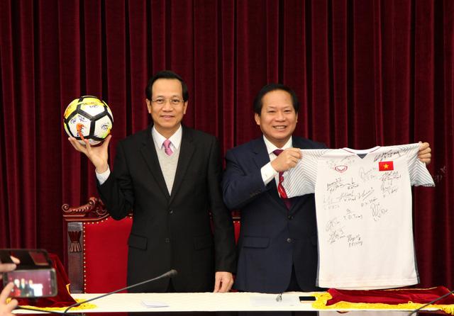 Đấu giá quả bóng và áo đấu của U23 Việt Nam tặng người nghèo
