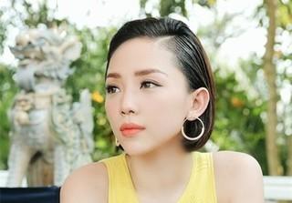 Tóc Tiên hờn dỗi, ghen tỵ với tài xế vì không được chụp hình với U23 Việt Nam